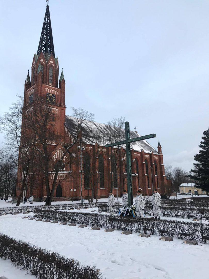 Porin seudun reserviläiset kunniavartiossa Keski-Porin kirkon sankarihaudoilla itsenäisyyspäivänä
